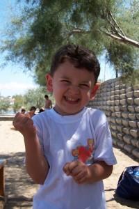 笑顔で拳を作る少年