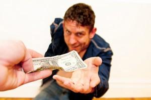 お金を盗み取ろうとする男性