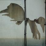 金属の二本の棒に紙で作った羽根を付けている
