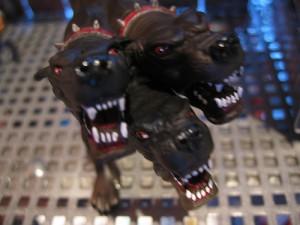 頭が3つある黒い色の犬。
