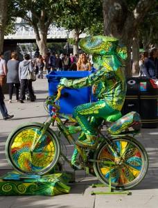 かめれの服を着て自転車に乗る人