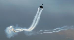 白煙を上げて飛ぶジェット機