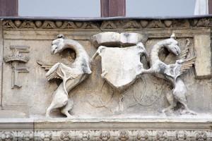 石に刻まれた紋章。盾を真ん中に両サイドにグリフォン