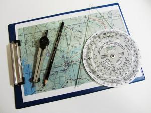 地図とコンパス、定規を準備