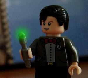 レゴの人形が緑に光る杖を持つ
