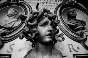 髪の毛が無数の蛇になってる胸像
