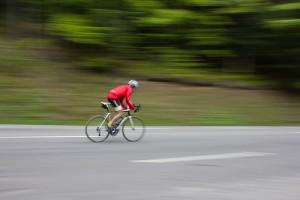 猛スピードで道路を走るロードバイク