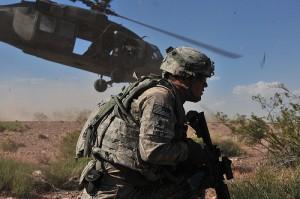 銃を持つ兵士と戦闘ヘリ