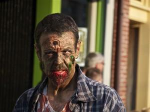 頭に銃弾の跡があるゾンビメイクの男性