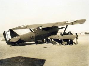空中に浮く戦闘機を後ろから見た絵