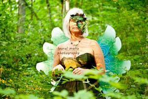 森の中で妖精の格好をする老婆