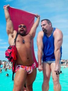 プールサイドてポージングをとる2人の髭面の巨漢
