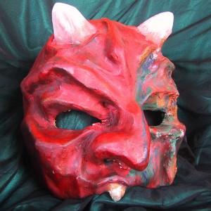 白い角と歯が剥き出しのすごい形相をした赤い面