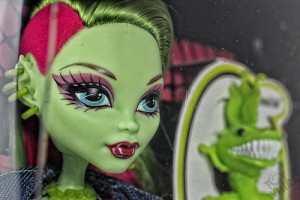 アニメ風なタッチで描かれた緑色の肌の女性