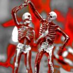 2対の骸骨がタンスを踊っている