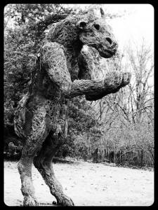 木で作った馬に似た怪物