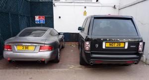 二台の車を後ろから撮影