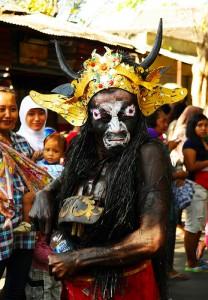 馬の顔に角を生やし、金の髪飾りをつけた怪物のカッコした男性