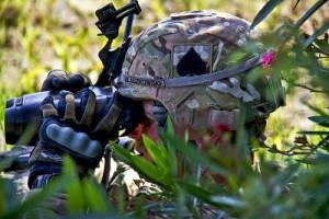 武装した兵士が草むらの中から索敵